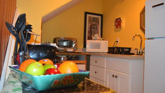 Seal Rock, OR: Kitchenette at AJ's Bed-n-Breakfast. Picture by PXL Media Studios