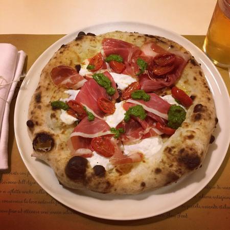 Mergozzo, Italien: Pizza St. Ilario prosciutto crudo, pesto, pomodorini, stracciatella 😊