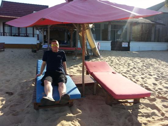 Hacienda Beach Resort: Relaxing on the hotel loungers during my stay