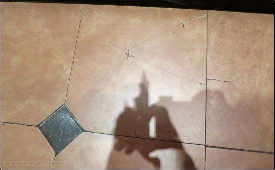 Cracked Floor Tiles In Elevator - Picture of Holiday Inn Express ...