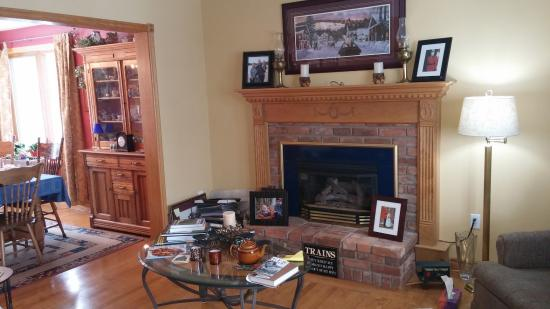 Creemore, Canadá: Lounge area with working fireplace
