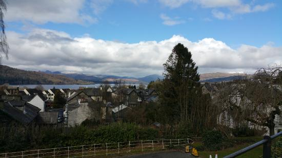 Windermere Hydro Hotel: Great view outside the hotel (just near the entrance)! Sit, have tea or coffee & enjoy the view!