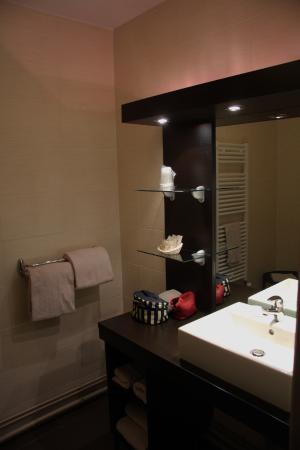 Hotel des Remparts : salle de bains avec douche fermée
