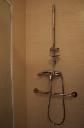 Hotel des Remparts : equipement douche fermée