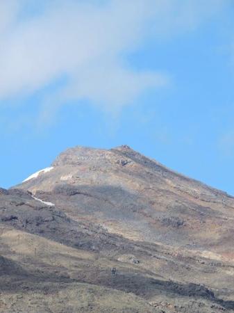 Stratford, Nueva Zelanda: Mt Ruapehu emerges from the cloud at Wakapapa Village