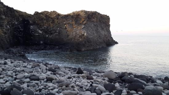 Hellnar, Islandia: Nearby cliff
