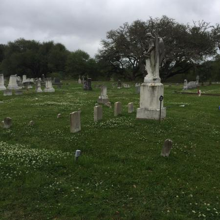 Natchez, MS: Turning Angel and 5 headstones