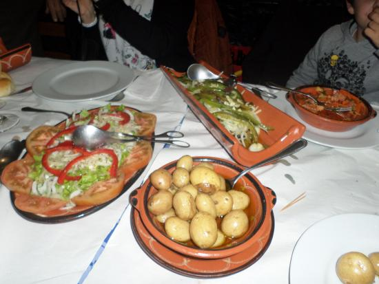 Pedra Furada Tasca: salade de tomates, oignons, poivrons. plat de petites patates. plat en forme de tuile avec de mo