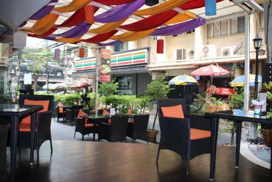 Le Siam Hôtel: Uteplassen til restauranten