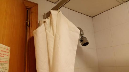 San Pawl Hotel: Shower Curtain hanging off