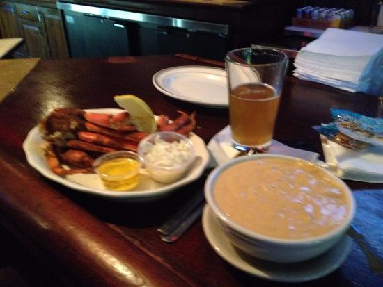 Thorofare, Νιού Τζέρσεϊ: Crab legs lobster bisque and beer - delicious!
