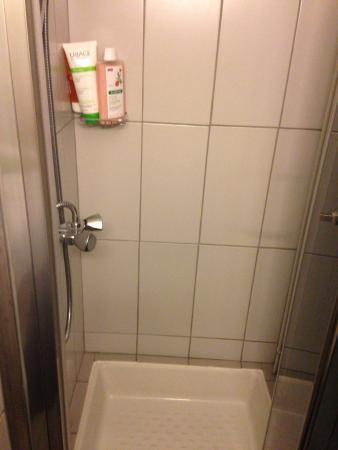 Le Petit Hotel: Cabinet de douche