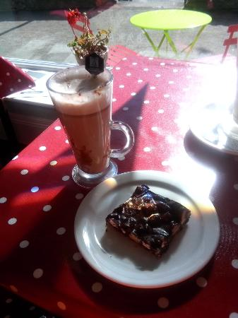 Drumshanbo, Ιρλανδία: Handmade hot chocolate and Rocky Road dessert!