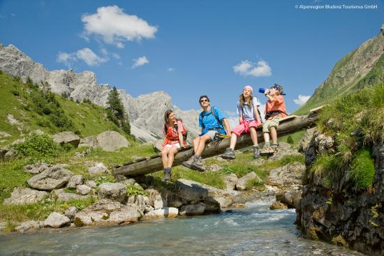 Alpenhotel Zimba: Familie beim Wandern