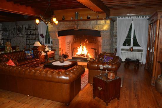 Rabat-les-Trois-Seigneurs, فرنسا: le salon et son imposante cheminée