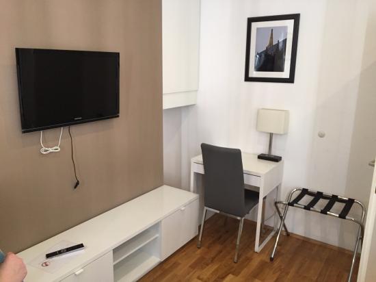 Vienna Inn Apartments: Schreibtisch Und Kleiner Fernseher