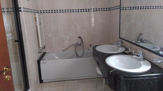 Bagno con doccia e vasca idromassaggio   foto di hotel de la ville ...