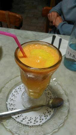 Sant Esteve de Palautordera, Hiszpania: Zumo de naranja y zanahoria con helado de mango