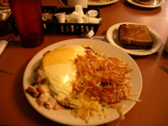 Wellton, AZ: Greatest breakfast around Yuma, AZ. Pictured is the everything omelet, my husband's favorite.