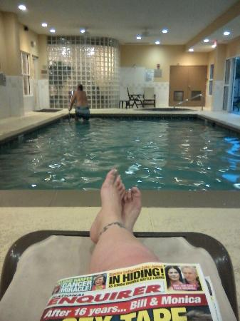 Country Inn & Suites By Carlson, Ocala: Indoor pool & hot tub room, comfy lounge chairs.