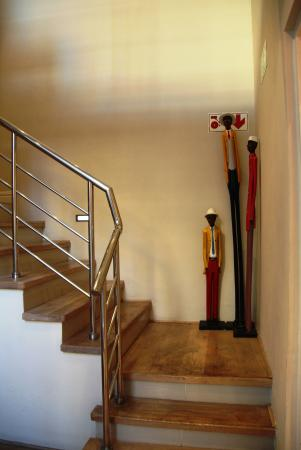 Sugar Hotel & Spa: Fun African decor in the stairway