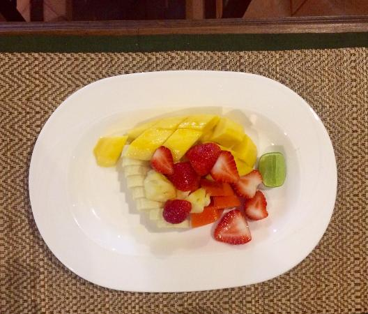 Santitham Guest House: Fruit salad was fresh and delicious each morning...