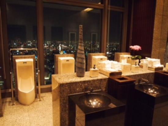 K'shiki All-Day Dining: 男性トイレからの夜景