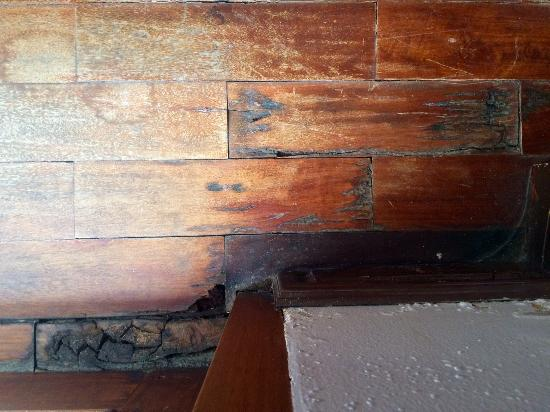 Inthira Vang Vieng: Loose floor tiles stubbed toes, severe wood rot near window frames