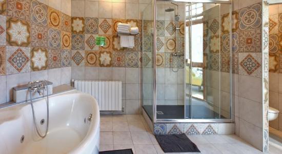 Hotel Ginebra: Elegant bathroom with jacuzzi