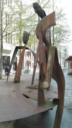 """Skulptur """"Runder Tisch"""""""