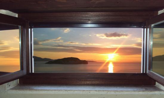 Marathias, Yunani: The sunrise from the window. As a postcard !!!