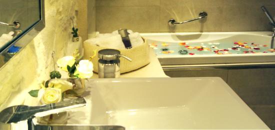 Marathias, Yunani: Bathroom with hydromassage bathtub