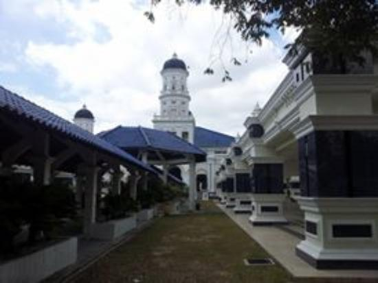 Sultan Abu Bakar Mosque: I took this photo from the main intrance to the main building of the mosque