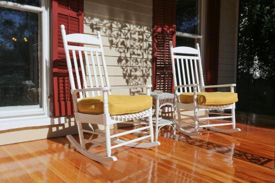 Snow Hill, MD: Relax on the front porch rockers