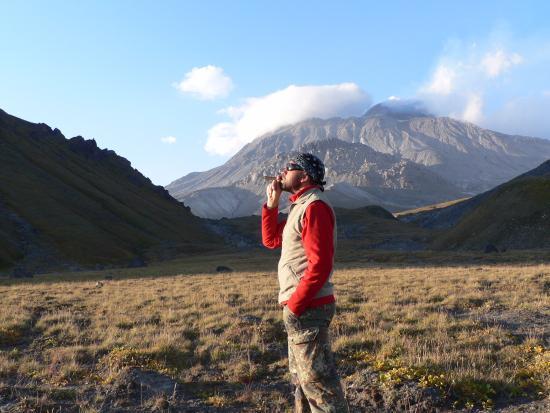 Klyuchi, Russia: Вулкан Безымянный и я. Оба пускаем дым, он серьезно, а я так... балуюсь.😕