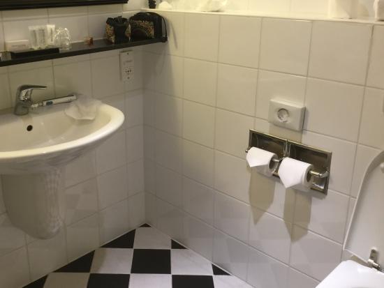 Fris ogende badkamer met bad douche picture of de keyser hotel