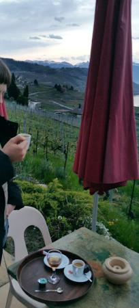 Grandvaux, Suiza: petit coin fumeur. quand il fait beau - ça vaut la peine de prendre un café, même sans fumer