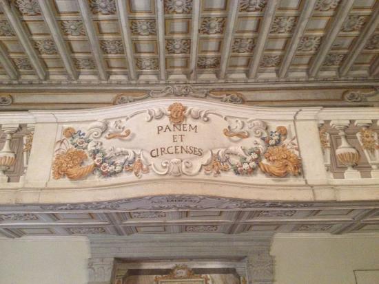 "Castello di Meleto: ""Brot und Spiele"" im Theatersaal"