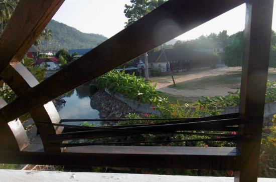 Lamai Beach Residence: Rembarde du balcon tenue avec de la ficelle !
