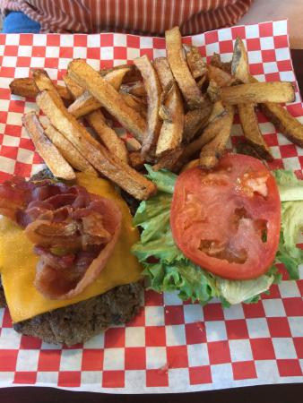 Reidsville, Kuzey Carolina: Jacks classic burger with homemade steak fries