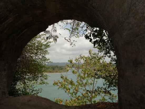 Fort San Lorenzo: Looking through the arches onto the river