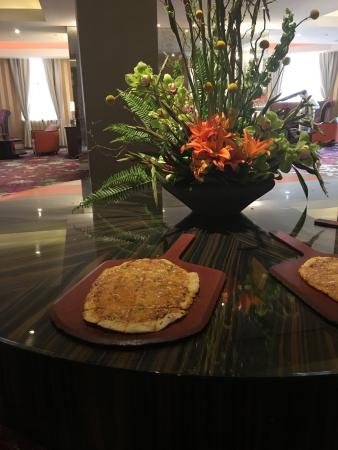 Monaco Baltimore, a Kimpton Hotel: Appetizers and hotel sponsored evening happy hour