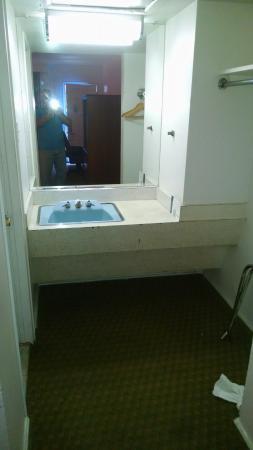 Motel 6 Harrisonburg - South: second sink outside bathroom for some reason.....
