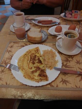 Atlant Hotel: Breakfast - omelette, and sausages with boiled eggs.
