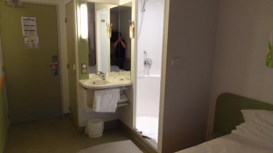 Toilette l 39 entr e lavabo et douche dans la chambre photo de ibis budget nancy centre nancy - Prix chambre ibis budget ...