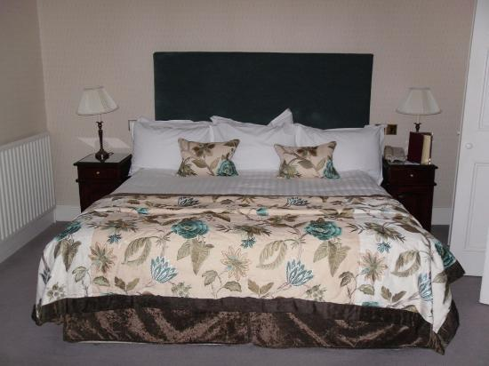 Lakeside Hotel: King size bed