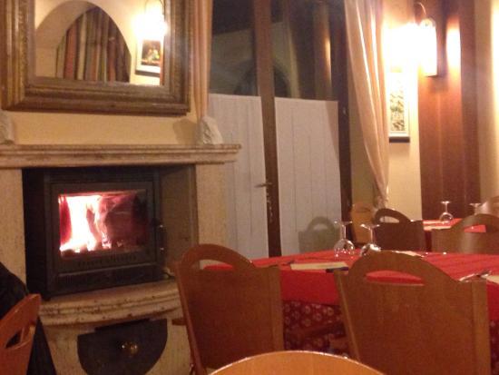 Apecchio, Italia: Caminetto accesso nella sala ristorante