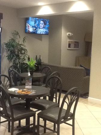 Microtel Inn & Suites by Wyndham Brooksville: Yes, those are welcome cookies 😊