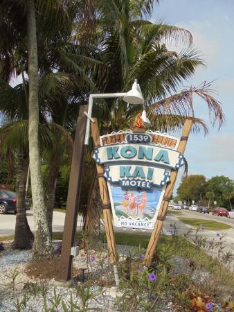Kona Kai Motel: Sign on Periwinkle Drive (main street of Sanibel)