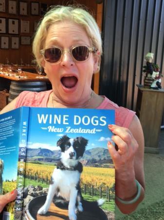 Isla Waiheke, Nueva Zelanda: Cat Momma at Peacock Sky Winery gets a Doggone great book!